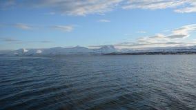 在强大多雪的山脉的美好的日出在与蓝天和安静的北极圈挥动 股票录像