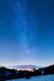 在强大银河下的小罗马尼亚村庄 库存照片
