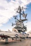 在强悍的军舰USS的军用喷气机 免版税库存照片