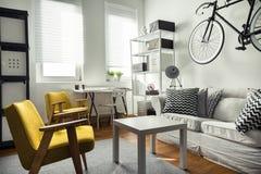 在当代内部的时髦的家具 免版税库存照片