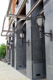 在当代大厦的有吸引力的灯笼 免版税图库摄影