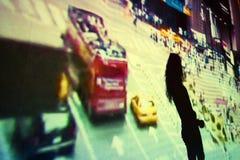 在录影投射前面的女孩跳舞 库存照片