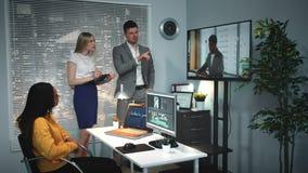 在录影编辑的混合的族种团队工作在舒适和现代生产演播室 股票录像