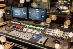 在录音演播室的音乐混合的控制台 库存图片