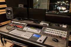在录音演播室的音乐混合的控制台 免版税图库摄影