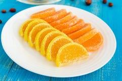 结冻在形式用糖报道的柑橘切片的糖果 免版税库存照片