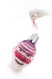 在形式白色圣诞节树球的Girl' s面孔 免版税库存照片