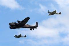 在形成的英国皇家空军不列颠战役纪念飞行Avro兰卡斯特轰炸机PA474飞行与两个Supermarine烈性人 库存照片