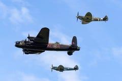 在形成的英国皇家空军皇家空军不列颠战役纪念飞行Avro兰卡斯特轰炸机PA474飞行与Supermarine烈性人 库存照片