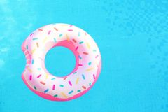 在形状的可膨胀的游泳圆环多福饼漂浮 图库摄影