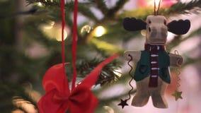 在形状Funy鹿的美丽的圣诞节杉树玩具 与Defocused被弄脏的光Bokeh的圣诞树 影视素材
