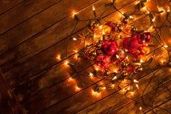 在彩色小灯包裹的圣诞节中看不中用的物品 库存照片