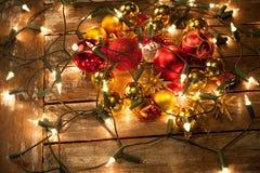 在彩色小灯包裹的圣诞节中看不中用的物品 库存图片