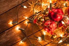 在彩色小灯包裹的圣诞节中看不中用的物品 免版税库存图片
