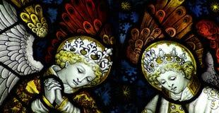 在彩色玻璃的两个天使 免版税库存图片
