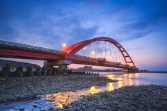 在彩虹桥的海岸风景在晚上 库存图片
