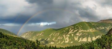 在彩虹的山 免版税库存照片