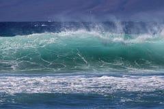 在彩虹的波浪在毛伊 免版税库存照片