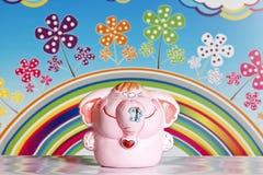 在彩虹背景的滑稽的大象 库存照片