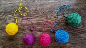在彩虹颜色的毛纱 免版税库存照片
