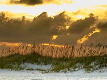 在彭萨科拉海滩,佛罗里达的平安的日落 免版税库存图片