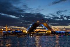 在彼得和保罗堡垒和被上升的宫殿桥梁在夏天不眠夜,圣彼德堡的看法 库存照片