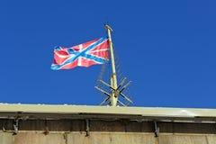 在彼得和保罗堡垒的本营的一面旗子 免版税库存图片