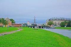 在彼得和保罗堡垒的Kronverksky桥梁在圣彼得堡,俄罗斯 免版税库存图片