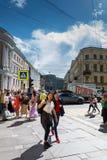 在彼得斯堡,俄罗斯交叉路的人的运动  库存图片