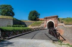 在彼得罗瓦拉丁堡垒,诺维萨德入门和桥梁 库存照片