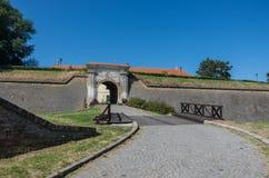 在彼得罗瓦拉丁堡垒,诺维萨德入门和桥梁 库存图片