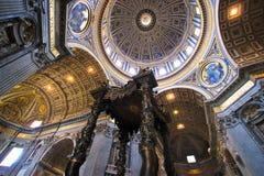 在彼得s圣徒里面的大教堂 图库摄影