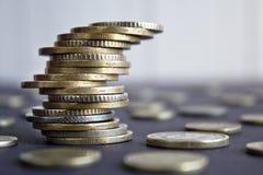 在彼此堆积的硬币用不同的位置 免版税库存图片