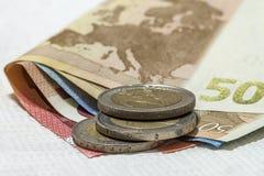 在彼此堆积的金钱欧洲硬币和钞票differen 库存图片