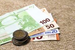 在彼此堆积的金钱欧洲硬币和钞票differen 免版税库存照片