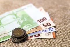 在彼此堆积的金钱欧洲硬币和钞票differen 免版税图库摄影