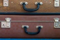 在彼此顶部的两个老手提箱 免版税库存照片