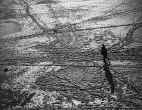 在往城市的一片沙漠供以人员走 免版税图库摄影