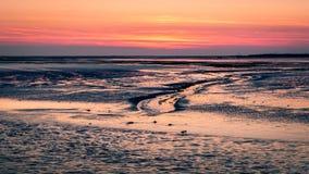 在往斯希蒙尼克岛的日落以后从离开为Lauwersoog的轮渡 免版税库存照片