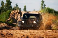 在泥的路汽车 图库摄影