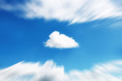 在徒升迷离天空的一朵白色云彩 库存图片