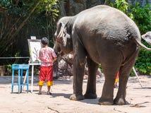 在徒步旅行队世界公园的大象图画2015年3月31日在曼谷,泰国 免版税库存图片