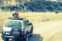 在徒步旅行队的吉普在非洲 图库摄影