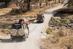 在徒步旅行队的吉普在非洲 库存照片