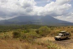 在徒步旅行队的多灰尘的路在坦桑尼亚 图库摄影