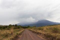 在徒步旅行队的多灰尘的路在坦桑尼亚 库存照片