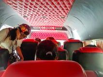 在微型公共汽车上在城市 库存照片