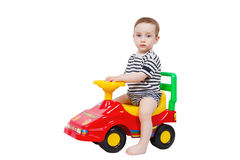 在微型汽车的逗人喜爱的小孩骑马 免版税库存图片