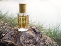 在微型瓶的阿拉伯oud玫瑰油香水或agarwood油芬芳 免版税库存图片