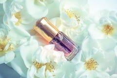 在微型瓶的阿拉伯oud玫瑰油香水或agarwood油芬芳 免版税库存照片